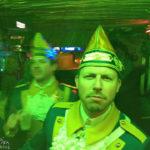 """Partystimmung im Brauhaus Papa Joe's """"Klimperkasten"""" auf dem Alten Markt während des Kölner Karnevals"""