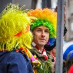 Verkleidete Besucher während eines Karnevalumzugs in Köln