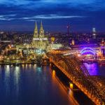 Blick vom Hochhaus KölnTriangle auf den Kölner Dom, die Hohenzollernbrücke und den Rhein in der Dämmerung