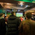 Fußball schauen mit Mancunians in Yates's Pub in Manchester