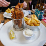 Fish and Chips (bzw. Cod in batter) im Restaurant The Mayfield Pub