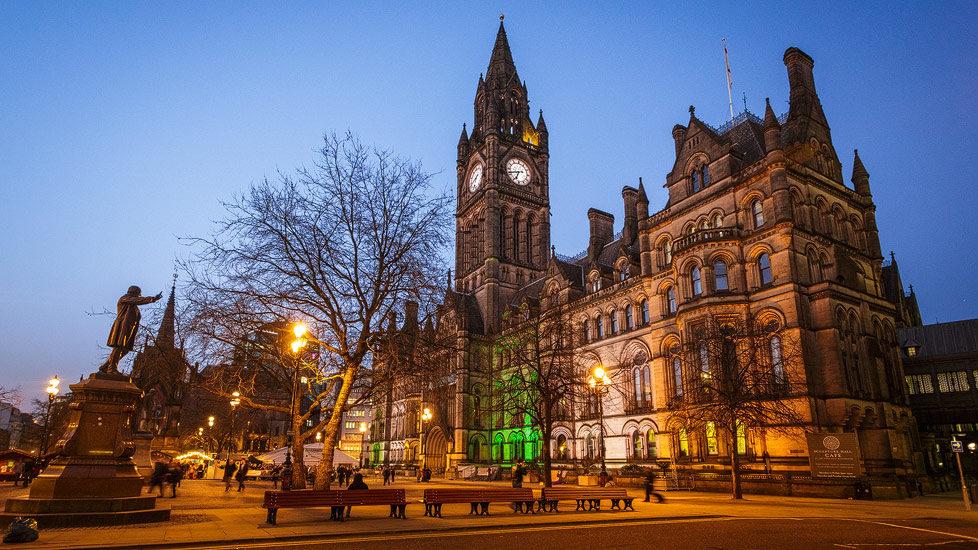 Das beleuchtete Rathaus von Manchester