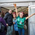 Menschen feiern den St.-Patricks-Day in einem Festzelt vor dem Manchester City Council