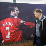 Plakat mit Manchester Uniteds Ex-Superstar Éric Cantona vor dem Stadion