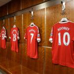 Trikots der Spieler von Manchester United hängen in der Kabine