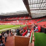 Probesitzen auf der Spieler- und Betreuerbank im Stadion Old Trafford