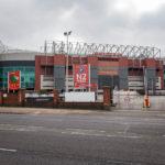 Außenansicht des Stadions mit Blick auf die Tribüne Sir Alex Ferguson Stand