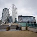 Blick auf die Brücke Media City Footbridge und die BBC MediaCityUK im Viertel Salford Quays