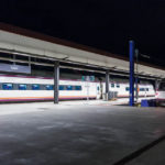 Bahnsteig mit Schnellzug am Bahnhof Estación de Toledo