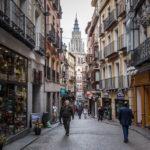 Geschäfte in der Calle Comercio mit Blick auf die Kathedrale von Toledo