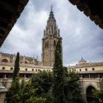 Blick auf den Innenhof des Klosters und den Glockenturm der Catedral Primada (Kathedrale von Toledo)