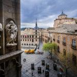 Blick vom Kloster auf zwei Statuen und den Plaza Ayuntamiento