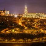 Panoramablick auf die beleuchtete Altstadt von Toledo, gesehen vom Aussichtspunkt Mirador del Valle