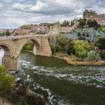 Die Puente de San Martín (Sankt-Martin-Brücke) und dahinter die Altstadt von Toledo