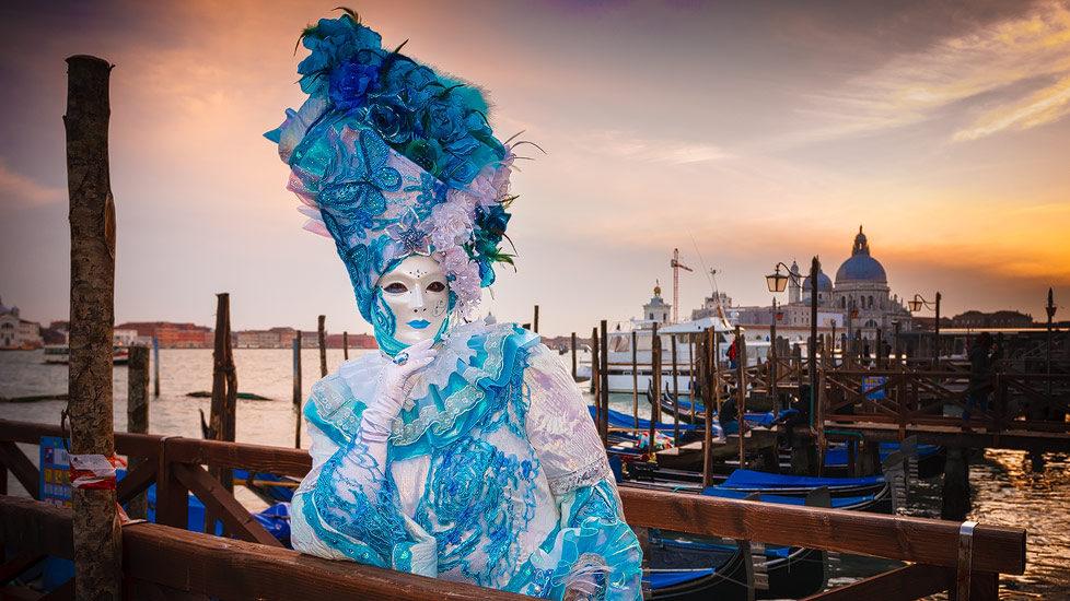 Kostümierte Frau beim Karneval von Venedig