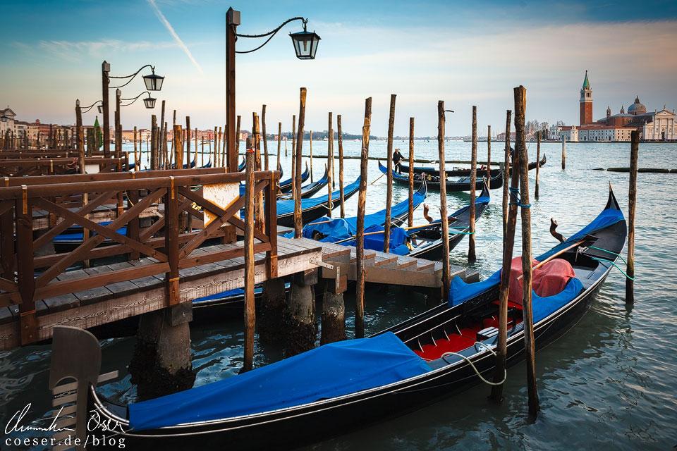 Die Gondeln von Venedig sind nicht nur ein herrliches Fotomotiv, sondern auch eines der Wahrzeichen der Lagunenstadt. Besonders eindrucksvoll ist die Anlegestelle am Markusplatz (Piazza San Marco) mit Blick auf den Canal Guidecca und die Kirche San Giorgio Maggiore.