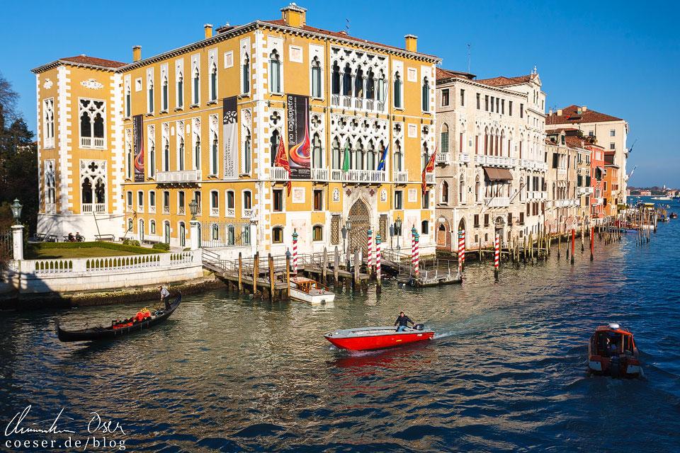Als Tourist ist es eigentlich unmöglich, nicht am Palazzo Cavalli Franchetti vorbeizukommen. Er liegt direkt an der Holzbrücke Ponte dell'Accademia, welche eine wichtige Querverbindung über den Canal Grande darstellt. Der Ausblick auf den Kanal ist von der Brücke aus genial und ein Motiv, das wohl kaum jemand auslässt.