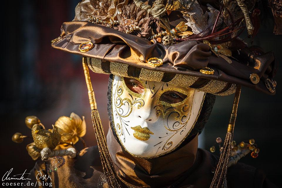 Die mit Masken und Kostümen verkleideten Menschen lassen sich in der Regel bereitwillig fotografieren und posieren sogar teils hochprofessionell.