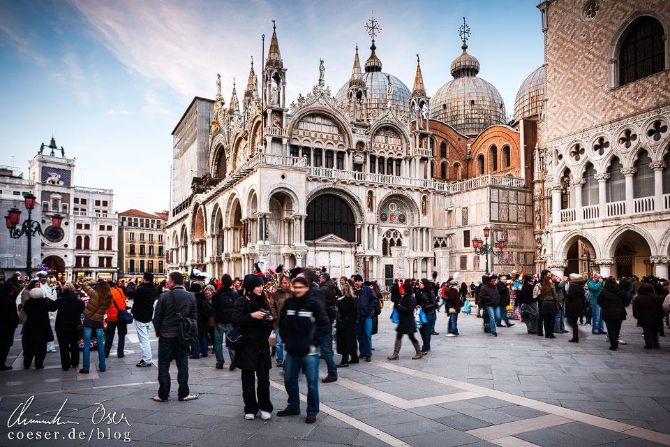 Der Markusdom (Basilica di San Marco) auf dem Markusplatz (Piazza San Marco) ist eine der Hauptsehenswürdigkeiten. Ist man nicht zeitig genug vor Ort, ist es fast ein Ding der Unmöglichkeit, den Dom von innen zu besichtigen – zu lange sind einfach die Schlangen davor.