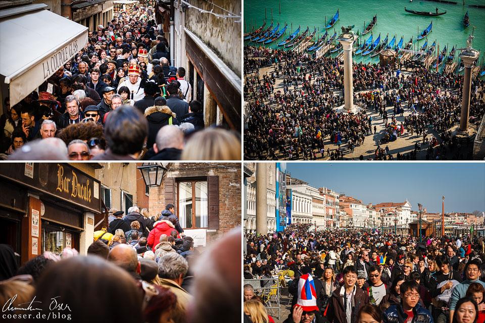 Menschenmassen und Menschentrauben während des Karneval von Venedig
