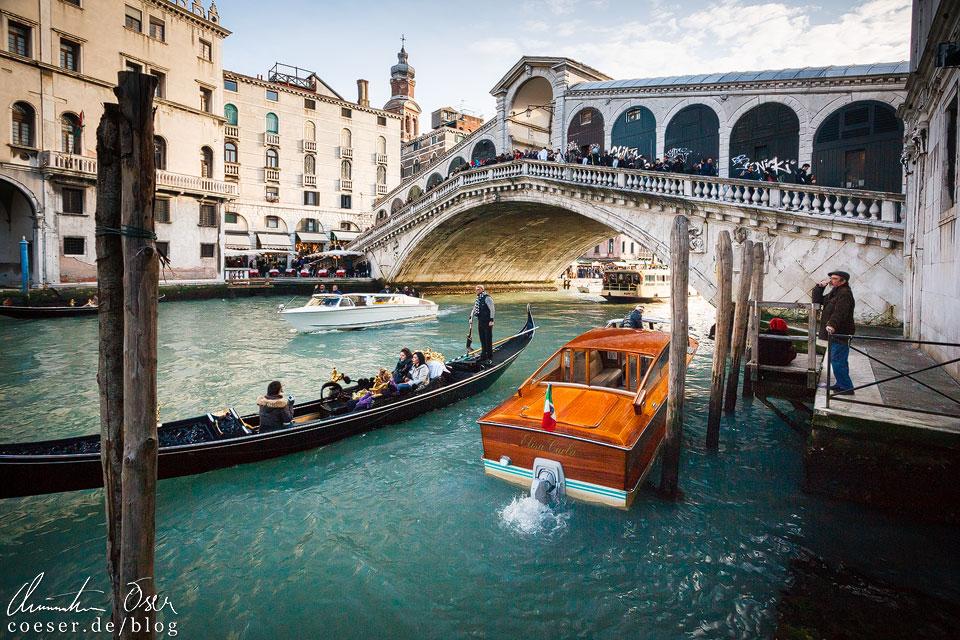 Die Rialtobrücke (Ponte di Rialto) ist ein bekannt Wahrzeichen von Venedig und eine der wenigen Querungen über den Canal Grande. So romantisch sie auch aussieht, so mühsam ist der Gang darüber. Jeder Besucher möchte die Brücke selbst einmal überqueren, verständlicherweise staut es sich dadurch. Sobald man das erledigt hat, empfehle ich einen Gang ans Wasser nahe der Brücke, um sie einige Meter entfernt in ihrer vollen Pracht bestaunen zu können.