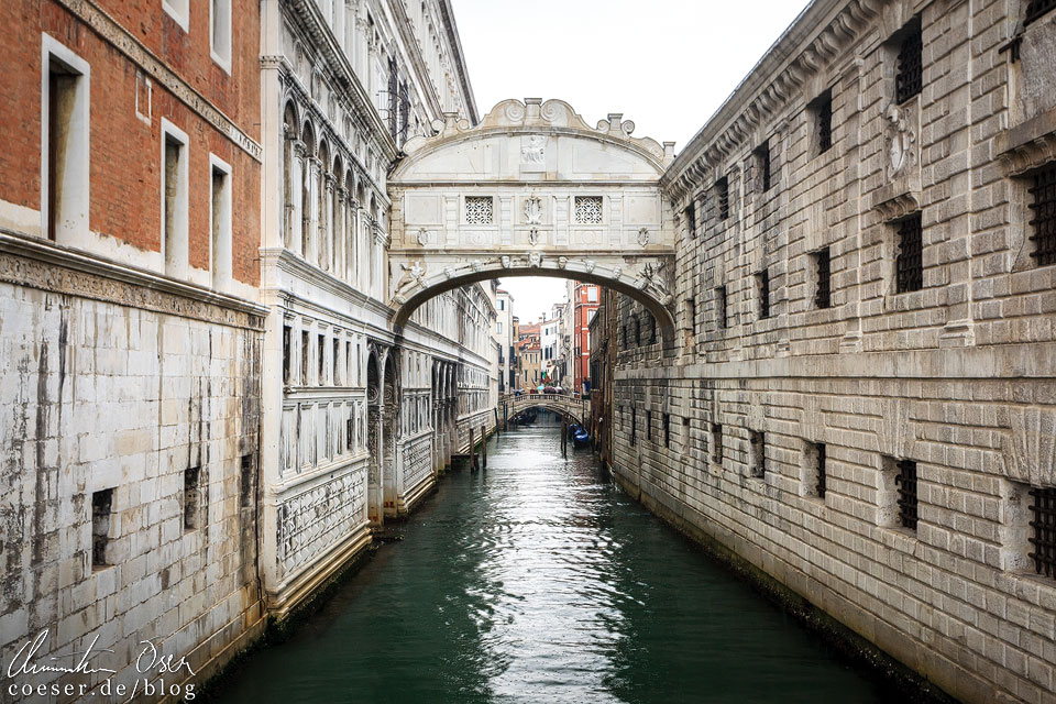 Die Seufzerbrücke (Ponte dei Sospiri) verbindet den Dogenpalast (Palazzo Ducale) mit dem alten Gefängnis Venedigs. Die Brücke kann man leicht übersehen, da man sich erst durch eine Menschentraube kämpfen muss, um einen freien Blick auf das sehenswerte Bauwerk erhaschen zu können.