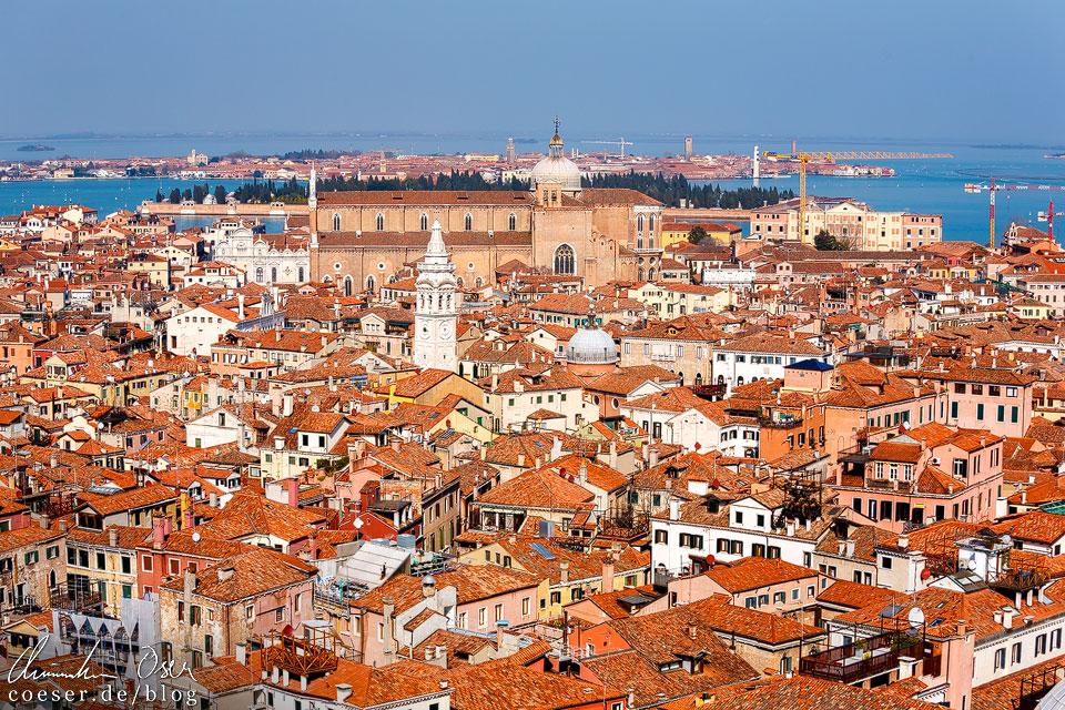 Das Panorama Richtung Norden zeigt ein rotes Wirrwarr aus Hausdächern und eine alles überthronende Kirche Santi Giovanni e Paolo (venezianisch San Zanipolo). Ein Ausblick, an dem man sich schwer sattsehen kann!