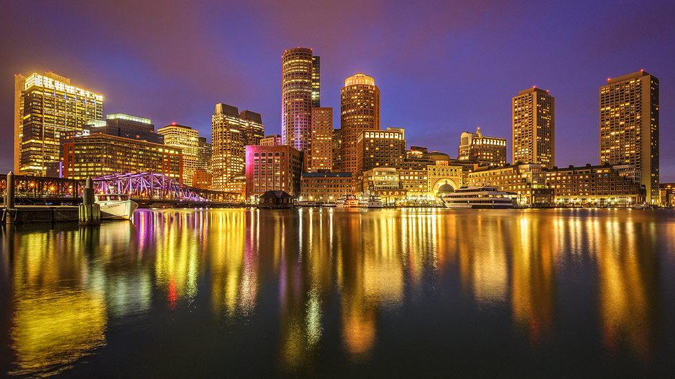Die beleuchtete Skyline von Boston