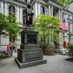 Eine Statue Benjamin Franklins vor dem alten Rathaus (Old City Hall) in Boston