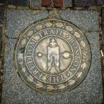 Das Logo und der rote Pfad des Boston Freedom Trail