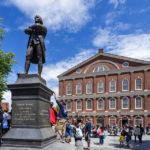 Eine Statue von Samuel Adams vor der Faneuil Hall