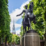 Eine Statue des amerikanischen Nationalhelden Paul Revere vor der Old North Church