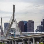 Die Leonard P. Zakim Bunker Hill Memorial Bridge und dahinter die Skyline von Boston