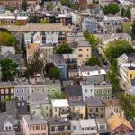 Ausblick vom Bunker Hill Monument auf alte Wohnhäuser von Boston