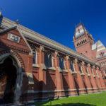 Außenansicht der Memorial Hall auf dem Campus der Harvard University
