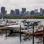 Blick vom Ufer des Charles River in Cambridge auf die Skyline von Boston