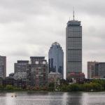 Blick vom Ufer des Charles River in Cambridge auf die Skyline von Boston und den Prudential Tower