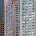 Detailaufnahme mehrerer Wolkenkratzer von der Fähre aus gesehen