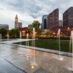 Wasserspiele in einem Park auf der Waterfront mit Blick auf den Custom House Tower und die Skyline von Boston