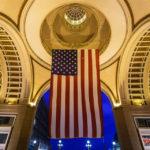 Riesige Flagge der USA beim Gebäudekomplex Rowes Wharf