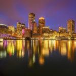 Blick auf die beleuchtete Skyline von Boston vom Fan Pier Park aus gesehen