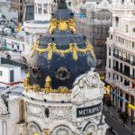 Blick auf das Metropolis-Haus (Edificio Metrópolis) von der Terrasse des Círculo de Bellas Artes in Madrid