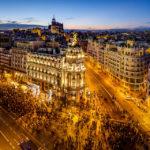 Blick auf die Madrider Innenstadt und das Metropolis-Haus (Edificio Metrópolis) von der Terrasse des Círculo de Bellas Artes