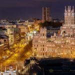 Blick auf den beleuchteten Madrider Palacio de Cibeles und die Calle de Alcalá von der Terrasse des Círculo de Bellas Artes