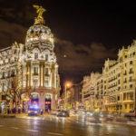 Das beleuchtete Metropolis-Haus (Edificio Metrópolis) in Madrid