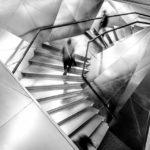 Treppe innerhalb des Madrider Museums CaixaForum der Architekten Herzog & de Meuron