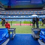 Besucher vor dem Spielertunnel im Estadio Santiago Bernabéu in Madrid
