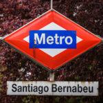 Schild der Metro-Station Santiago Bernabéu in Madrid