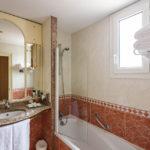 Bad im Doppelzimmer im Hotel Mercure Madrid Plaza de Espana