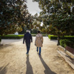 Spaziergänger in der Nachmittagssonne in den Sabatini-Gärten (Jardines de Sabatini) in Madrid